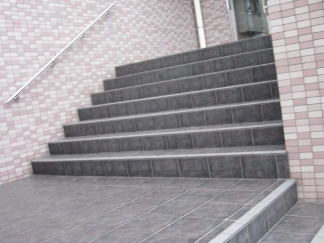 共用部広い階段