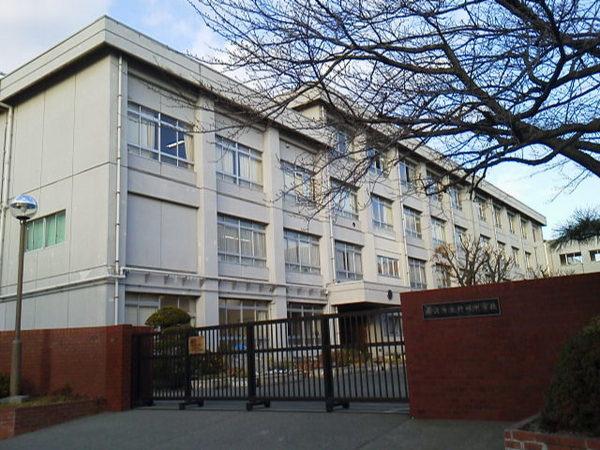 現地周辺藤沢市立村岡中学校 1558m
