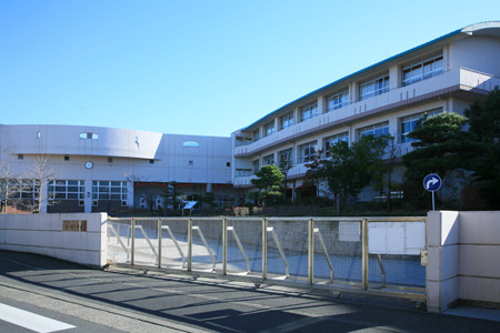 現地周辺藤ヶ岡中学校 972m