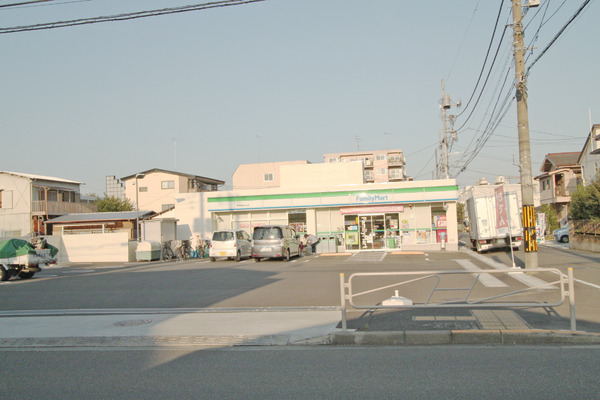 現地周辺ファミリーマート秀栄東浅川町店 256m