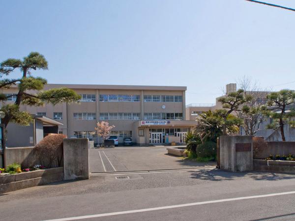 現地周辺第一中学校 1058m