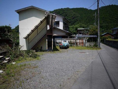 外観京王高尾線「高尾山口」駅よりバス6分、徒歩3分。自然豊かな南浅川町。高尾山ICまですぐ。