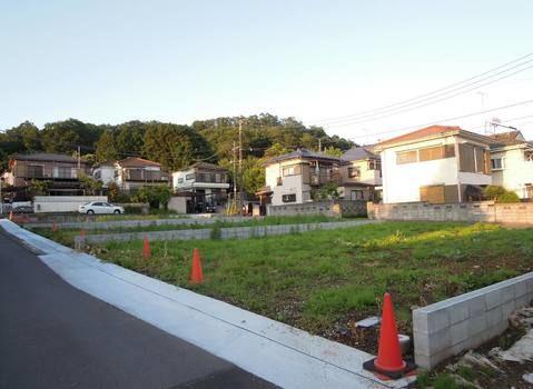 外観緑豊かな閑静な住宅地の3方角地。土地面積ゆとりある約63.41坪。陽当り・通風良好。