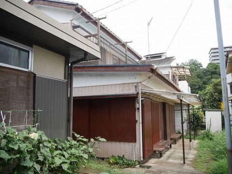 外観相模線上溝駅徒歩圏の売地。建築条件ありません。古家をリフォームして住むこともできます。