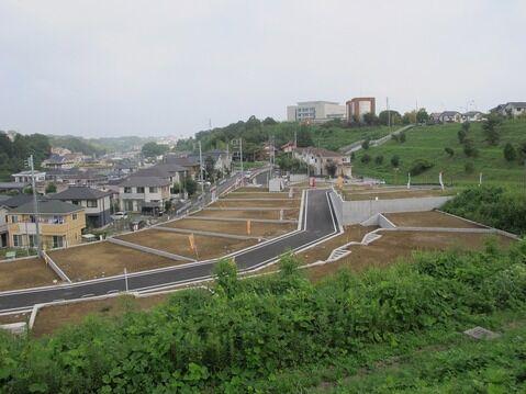 外観周辺環境良好の住みやすい環境です。前面道路も広く開放感があり快適な住環境となっております。