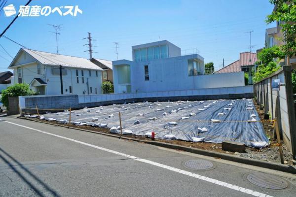 外観世田谷区成城8丁目の建築条件なしの売地です。前面道路は約8mあり、大変開放感がございます