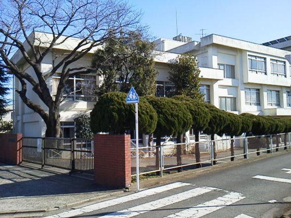 現地周辺藤沢市立中里小学校 912m