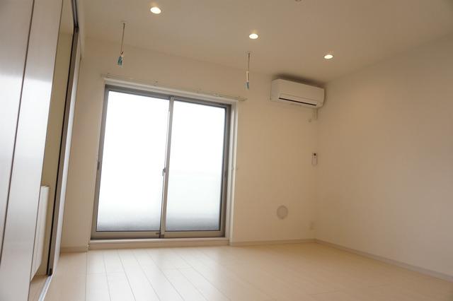 居室ホワイトフローリング明るいお部屋 ダウンライト照明 エアコン1基設置済み