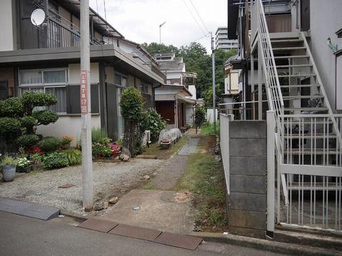その他相模原市の横山公園近くの長閑な住宅地の売地です。敷地延長ですが、車やバイクの駐車スペースにしたり、エントランスでガーデニングを楽しんだりお使いいただけます。お好きなハウスメーカーで建築できます。