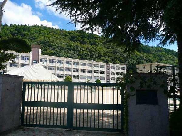 現地周辺神戸市立山田中学校 2046m