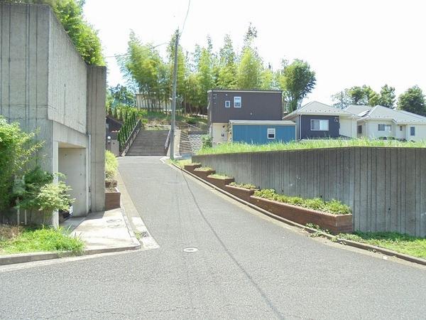 その他前面道路含む現地写真:第一種低住居層専用地域。閑静な住宅街。