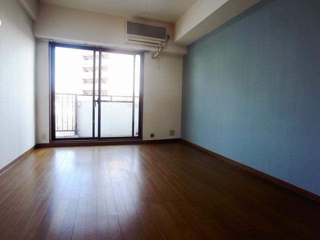 居室ゆったりした洋室です