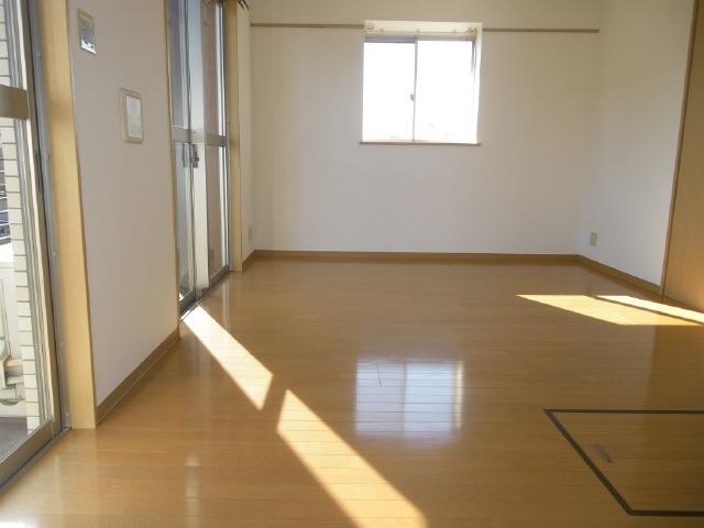 明るいリビングダイニングにエアコン装備で床下収納庫