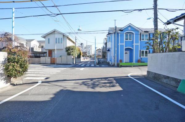 外観前面道路は、解放感のある9mの幅のある道路です。