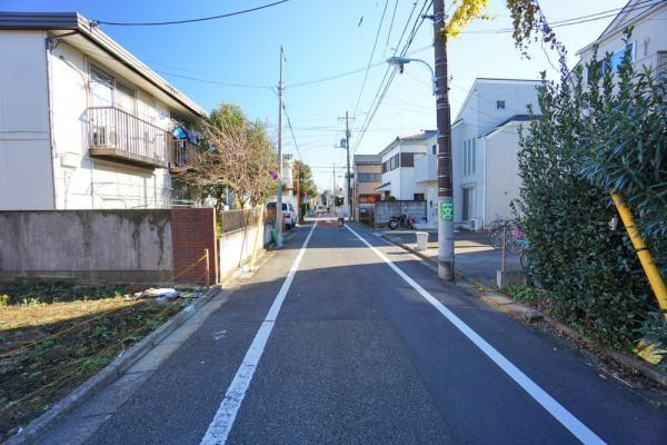 外観前面道路の幅はゆったりと約5.4mあり、開放感がございます。