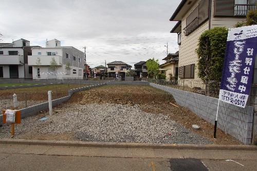 外観現地写真2018年4月撮影 小・中学校まで徒歩7分以内、お子様の通学に安心です。