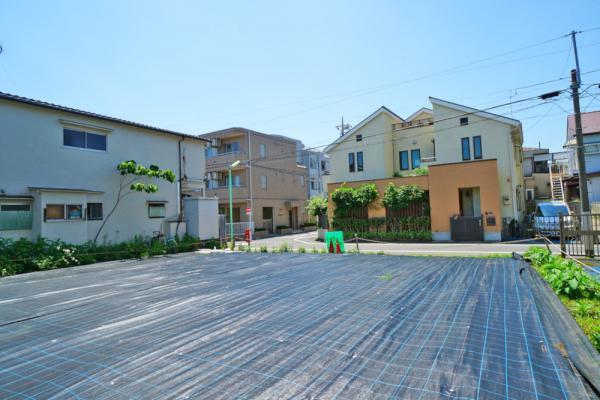 外観低層の住宅が立ち並ぶエリアです。開放感があふれております。