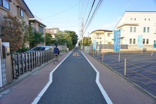 外観真っ直ぐな道(前面道路)です。100m走ができそうな綺麗な道です。