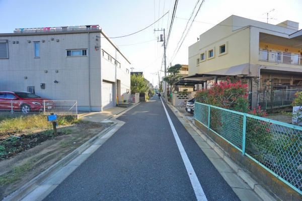 外観車通りの少ない前面道路です。