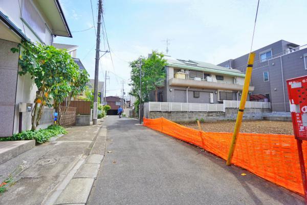 外観周囲の住宅も敷地に余裕があり、開放感があります。