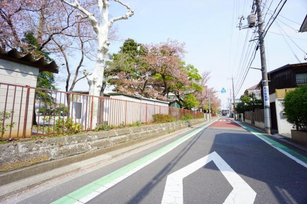 外観西側接道の前面道路幅員は6.0m超と広いにも関わらず、お車の通りは比較的少ない。