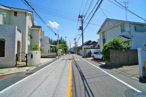 外観前面道路は約8mの公道ですので、大きめのお車をお持ちのご家庭でも安心です。