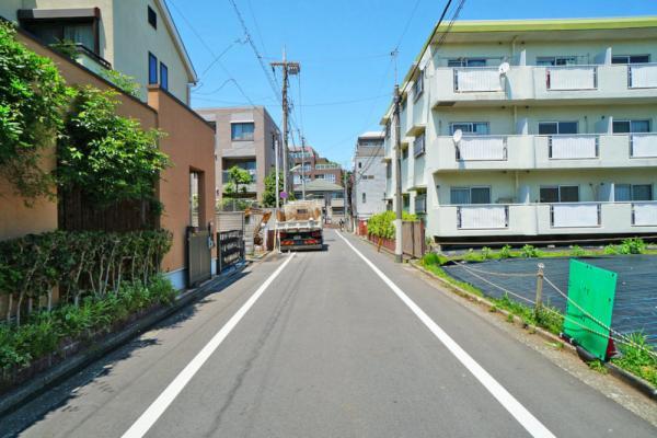 外観道路も広く、綺麗!そして明るい住宅街。好感の持てる立地ですね。環境選びも大事なポイントです。