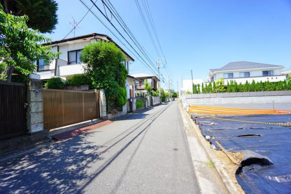 外観前面道路は車通りも少なく、小さなお子様も安心です。