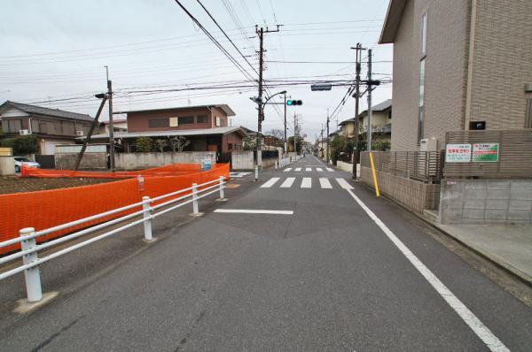 外観ガードレールが設置された前面道路ですので、多少交通量があっても安心して歩けます。