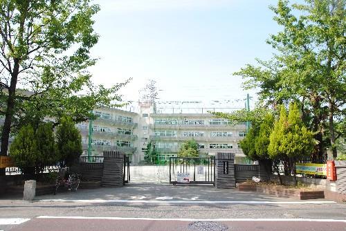 現地周辺宗岡小学校(明治7年開校の歴史ある小学校です。)