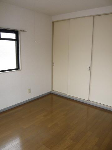 洋 室(画像は角部屋)