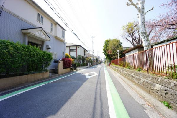 外観明るく広い道路でお車もゆっくりと駐車できます。