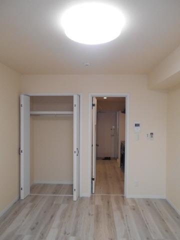 居室収納もたっぷりご用意 照明器具付