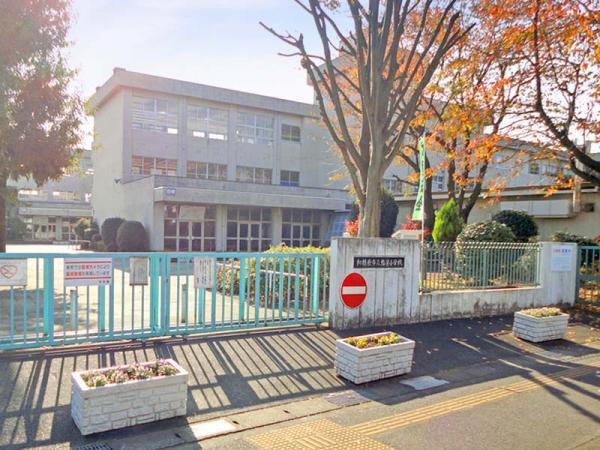 現地周辺弥栄小学校