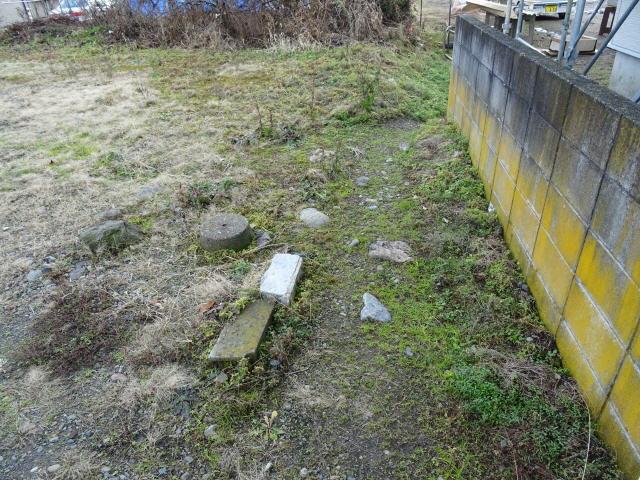 石に囲まれた位置に井戸があるそうです(お清め済)。フタが被せてあるようです。