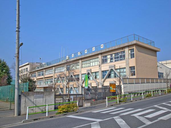 現地周辺日野市立七生中学校 809m